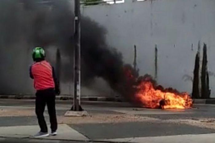 Sebuah motor terbakar hebat di Terowongan Pasar Gemblong Jalan Basuki Rahmat, Jatinegara, Jakarta Timur