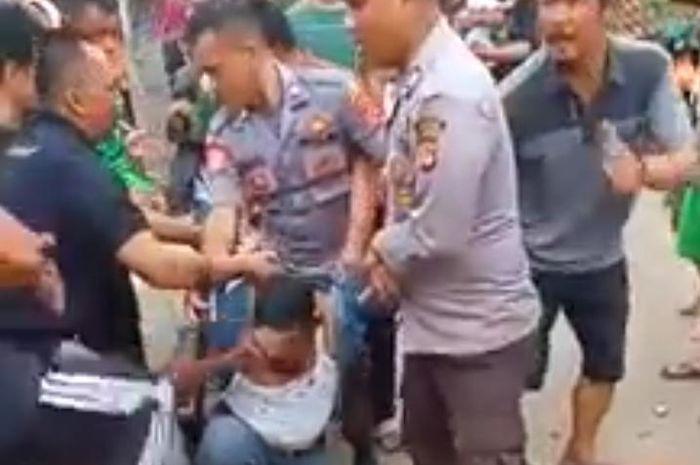 Debt collector yang diduga anggota Polisi Militer sedang digebuki warga