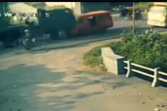 Tabrakan angkot dan truk tronton melibatkan juga dua truk lainnya