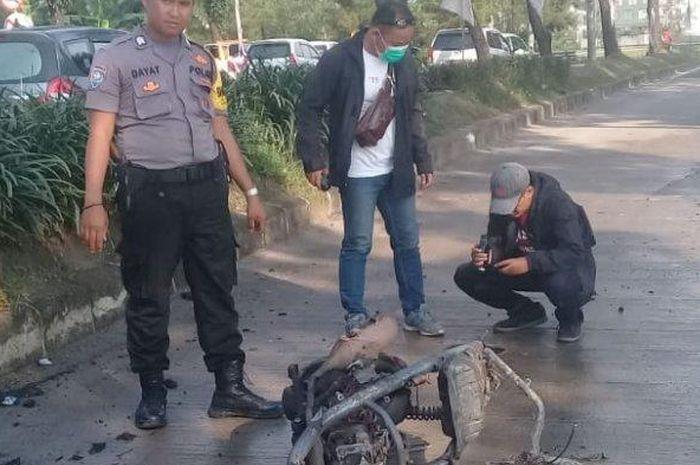 Satu unit sepeda motor hangus terbakar usai ditabrak mobil di Jalan Letnan Sutopo, Rawa Mekar Jaya, Serpong, Tangerang Selatan ( Tangsel) Jumat (13/3/2020).