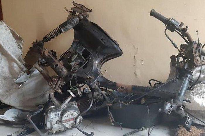 Astrea Grand milik Supriyanto yang sudah dipreteli pencuri. Motor tersebut diamankan di Polsek Nusawungu sebagai barang bukti.