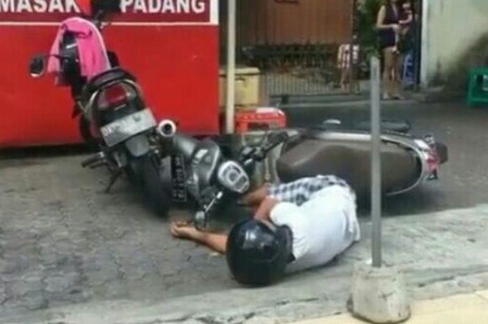 Pengendara motor di Bali yang tiba-tiba terjatuh