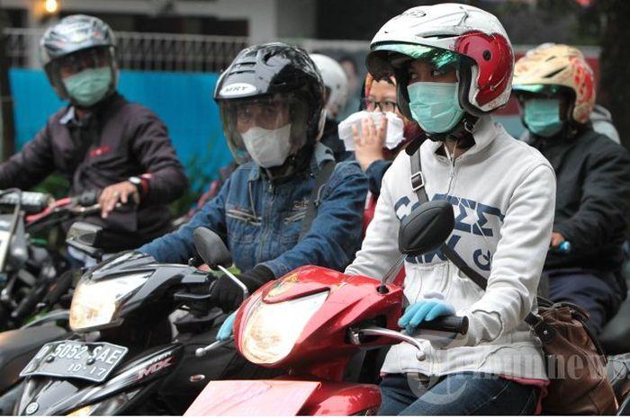 Ilustrasi pemotor memakai masker. Hore Karyawan Swasta Bisa Dapat Rp 600 Ribu Per Bulan dari Pemerintah, Nih Syarat dan Ketentuannya