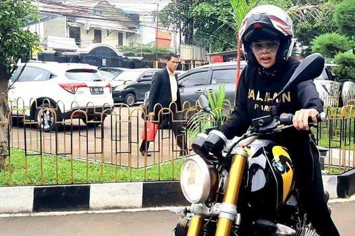 Artis cantik Nikita Mirzani naik motor gede (moge) BMW R Nine T ke Pengadilan Negeri Jakarta Selatan, Rabu (18/3/2020).