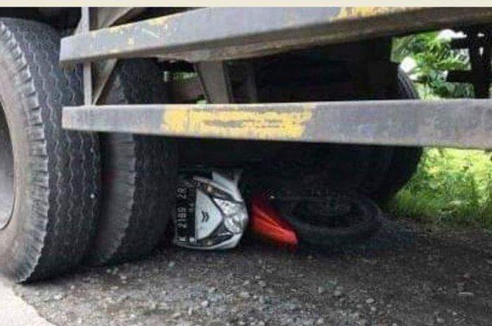Motor yang masuk kolong truk pada kecelakaan lalu lintas di Jalan Lingkar Timur Desa Payaman, Kecamatan Mejobo, Kabupaten Kudus, Rabu (18/3/2020).