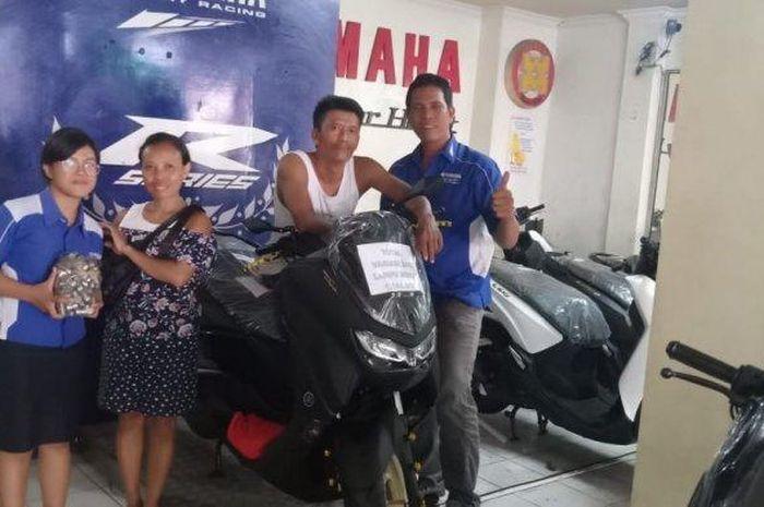 Sepasang Suami Istri Beli Yamaha All New NMAX 2020 Pakai Uang Koin Secara Tunai