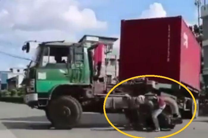 Pemotor tabrak truk trailer kepala diadu tangki solar