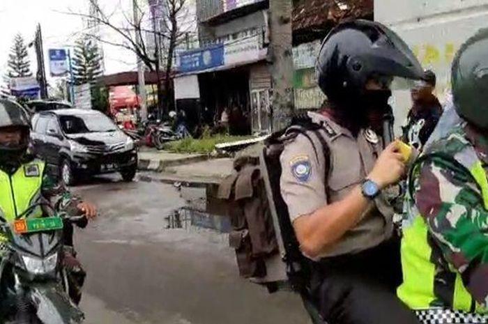 Para personil TNI dan Polisi kompak berkeliling kota Palembang, Sumatera Selatan, untuk sosialisasikan pencegahan virus Corona.