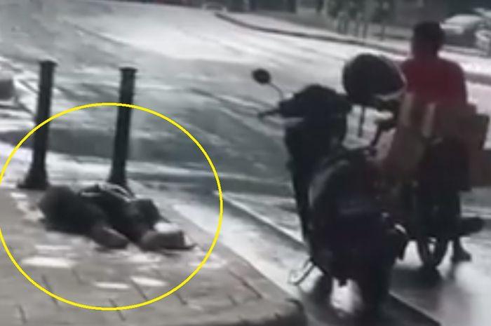 Pemotor tergeletak di trotoar pinggir jalan tidak ada yang berani menolong