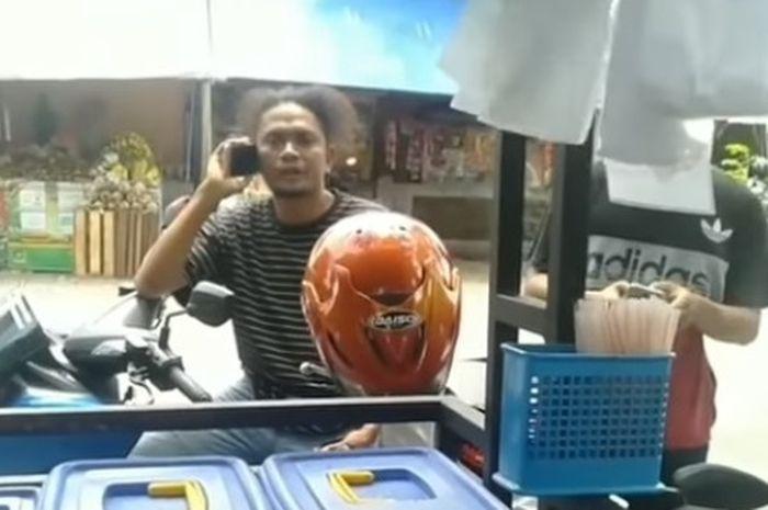 Seorang debt collector menguasai motor Yamaha NMAX dari pemilik di sebelahnya