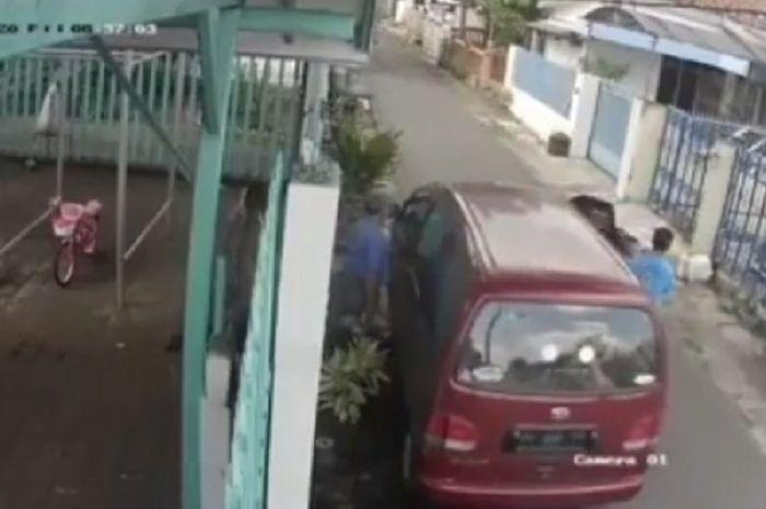 Pemotor terkapar usai menabrak pintu mobil yang terbuka.