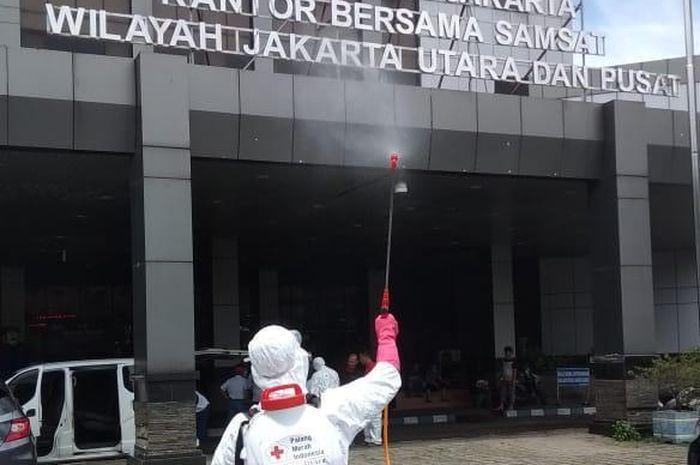 Penyemprotan desinfektan ke kantor samsat Jakarta Utara dan Jakarta Pusat.