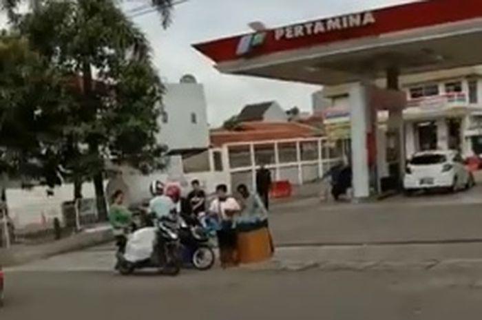 pedagang ini nekat menjual bensin eceran di depan SPBU