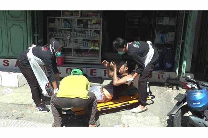 Seorang pengendara motor jatuh, warga sempat takut saat hendak menolong lantaran diduga kena Corona.
