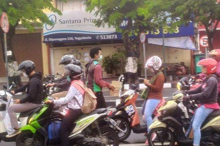 Karena merasa banyak dibantu saat orderan sepi di tengah wabah virus corona, komunitas driver ojek online (ojol) di Yogyakarta galang dana bantu tenaga medis.