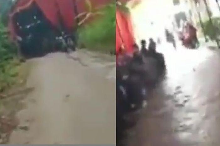 Seorang pemotor melintas ditengah acara hajatan yang digelar ditengah jalan