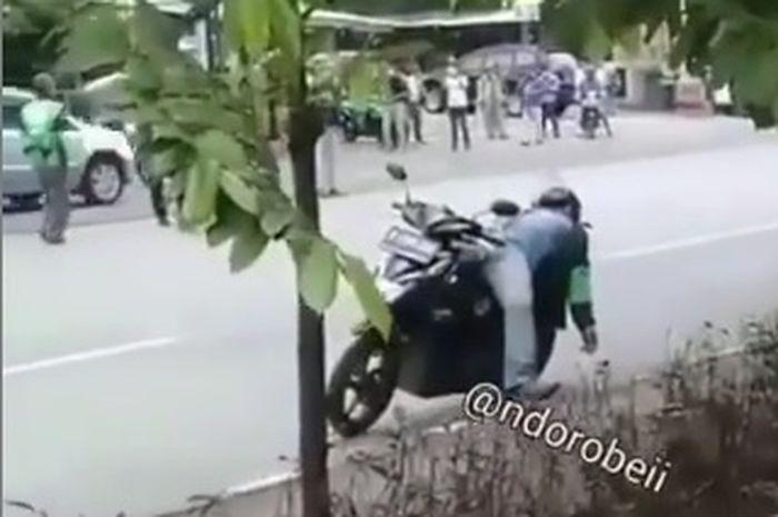 Diduga terjangkit Corona, driver ojol tergeletak di pinggir jalan