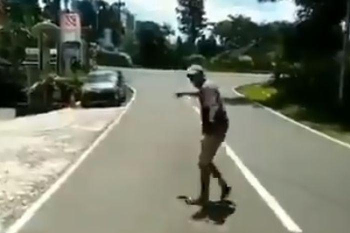 Tukang parkir yang hampir kehilangan mata pencariannya karena virus corona