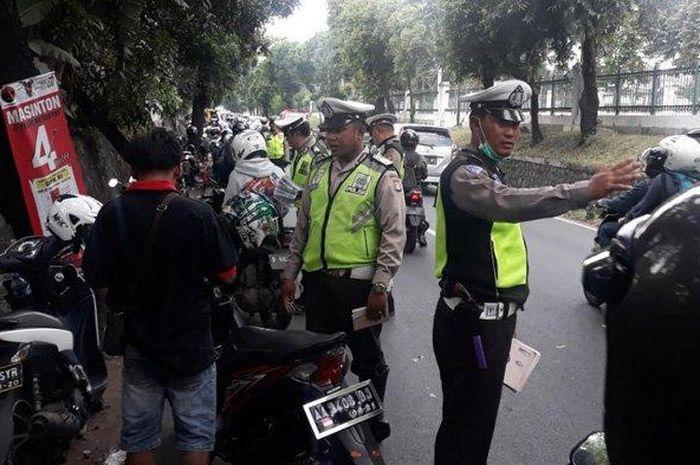 Ilustrasi razia polisi. kini ada pembebasan tilang dari polisi selama wabah corona.