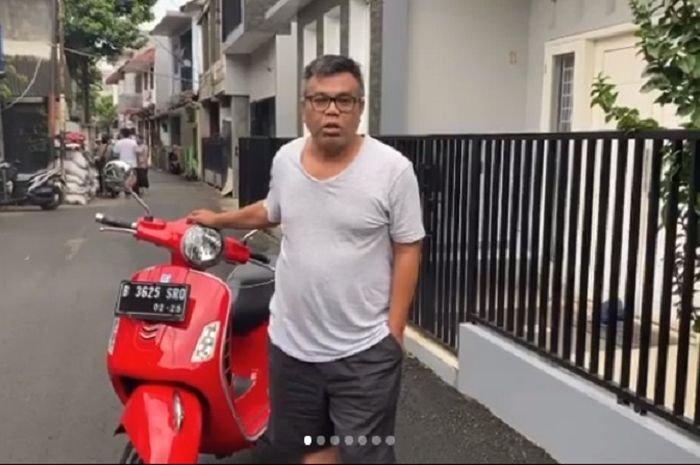 Artis sekaligus komedian Abdel Achrian menjual motor Vespa GTS 150 miliknya.