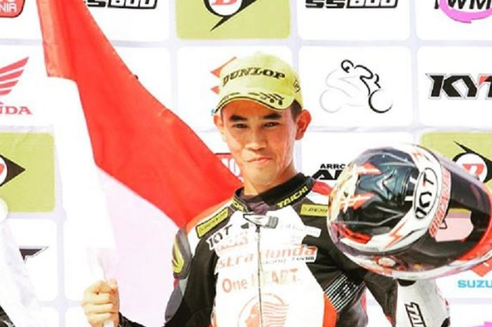 Pembalap Indonesia Gerry Salim melelang helm balapnya untuk donasi penanganan virus Corona.