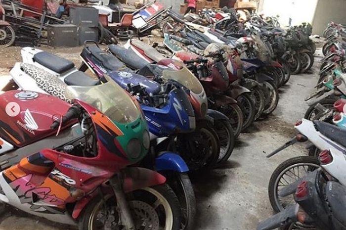 Jangan ngiler, puluhan motor 2 tak kece tergeletak di gudang ini