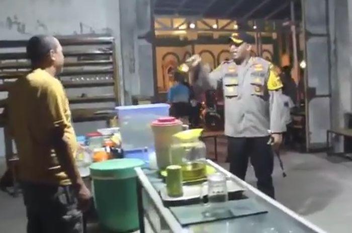 Polisi memarahi pemilik warung karena masih melayani konsumen yang makan ditempat