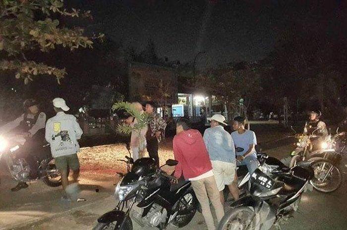 Sejumlah personel Patroli Kota Sabhara Polresta Banda Aceh mengamankan sejumlah remaja yang terlibat balapan liar di Jalan Soekarno-Hatta, Minggu (5/4/2020).