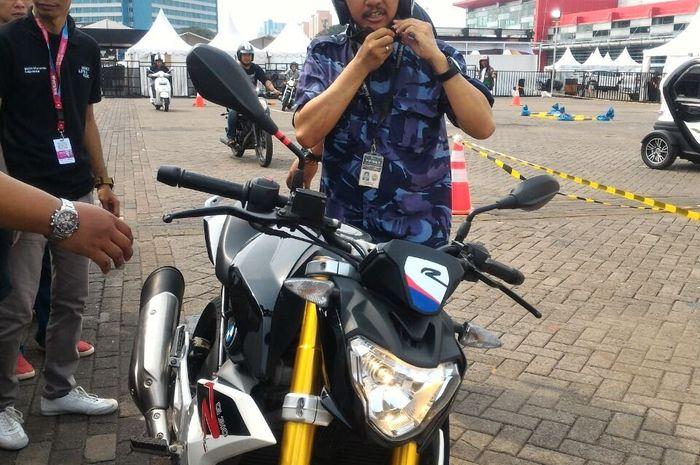 Roy Surypo saat test drive di IIMS 2018