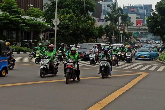 Ilustrasi pengendara motor di Jakarta. kini keluar sampai masuk wilayah Jakarta wajib memakai surat izin, begini cara mengurusnya.