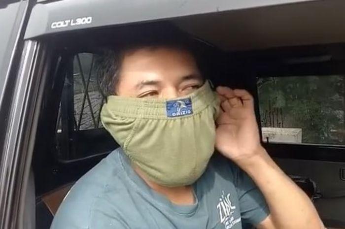 Sopir pikap yang menggunakan celana dalam sebagai masker