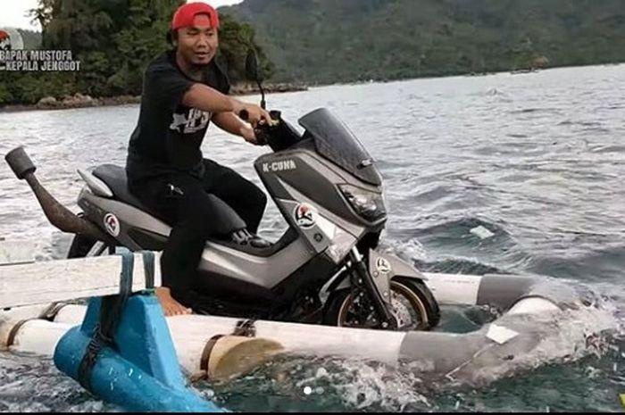 Seorang Youtuber mengubah Yamaha NMAX agar bisa jalan di air.