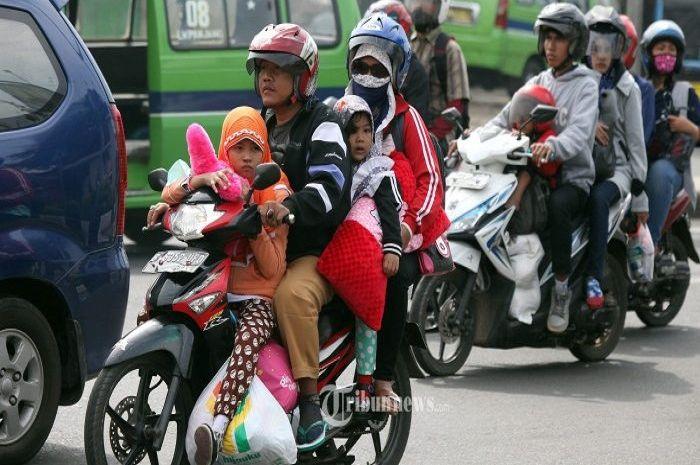 Ilustrasi naik motor berboncengan, hati-hati larangan naik motor berboncengan di Jakarta.