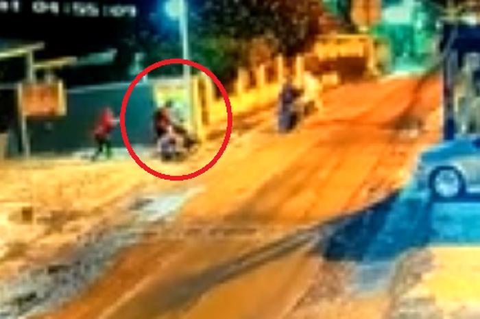 Aksi pembegalan motor terjadi di Bekasi terekam CCTV.