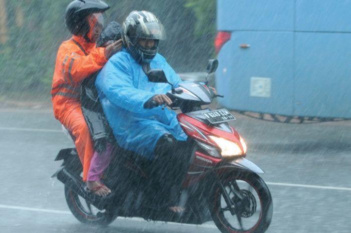 Ilustrasi hujan deras.  Duh Jangan Lagi Deh Nyeker Saat Riding di Tengah Hujan, Bahaya Banget Bro!