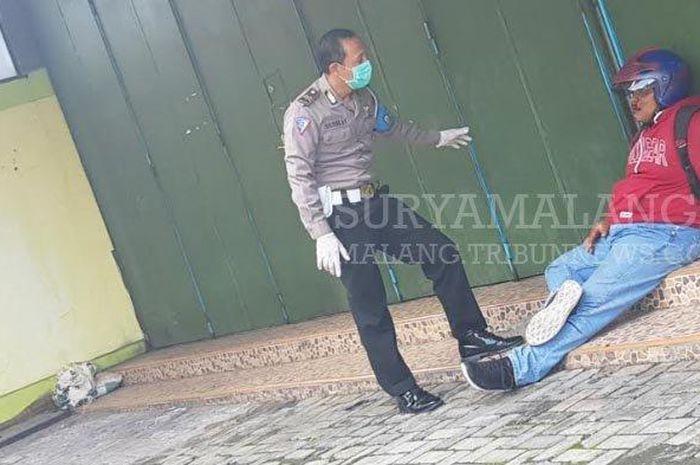 Wahyu Widodo (22) korban kecelakaan tunggalsetelah dipapah dua Polisi ke emper Toko Pena, di Jalan Basuki Rahmat, Magetan. Sebelumnya sempat dibiarkan warga tergeletak di jalan aspal lebih dari 15 menit, sampai Polisi Pos Pasar Baru datang dan menelepon ambulan RSUD dr Sayidiman, Magetan.