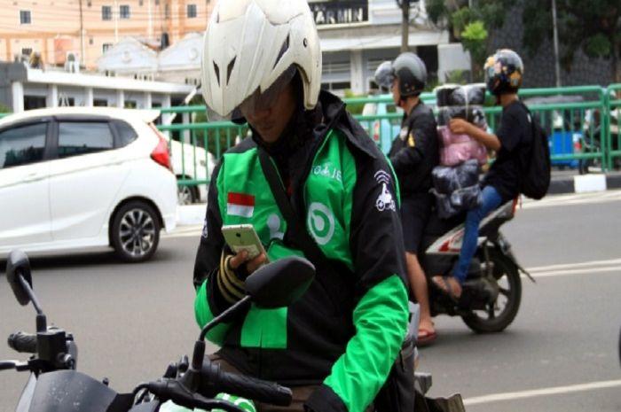 Ilustrasi driver ojol. Aturan PSBB Jakarta bikin driver ojol merana.