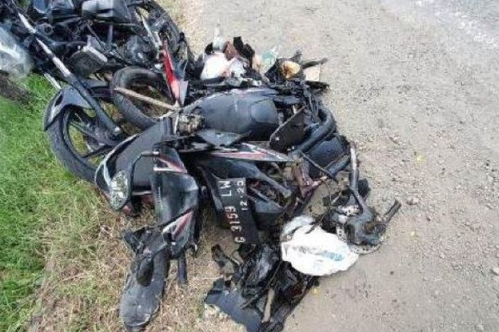Honda Vario dan CB150R rusak parah setelah terlibat kecelakan dengan sebuah truk.