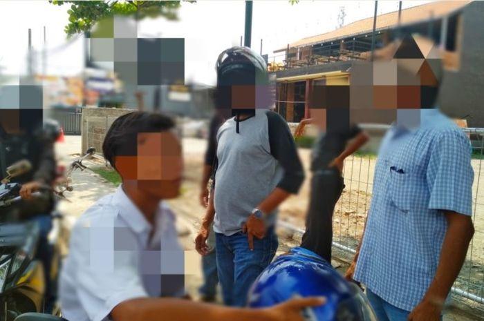 Seorang pelajar di Purwakarta sedang diintrogasi debt collector