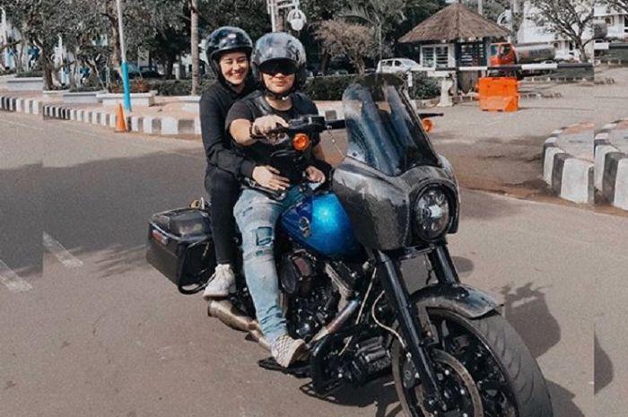 Artis sekaligus penyanyi Aaliyah Massaid pamer pacar barunya sambil mesra-mesraan di atas motor gede (moge).