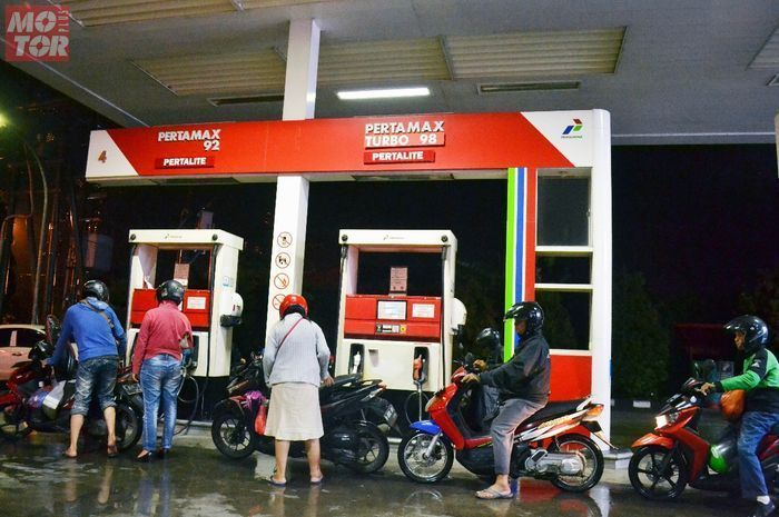 Ilustrasi pengisian bensin di SPBU Pertamina. Program cashback 50 persen buat ojol malah diserang komentar pedas.