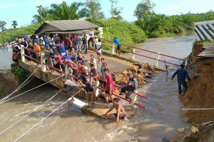 Penampakan jembatan ambruk di Desa Delas