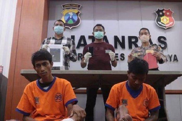 Dua jambret Wandi Narawan (21) dan Vicky Putra (19) di Satreskrim Polrestabes Surabaya, Kamis (16/4/2020).