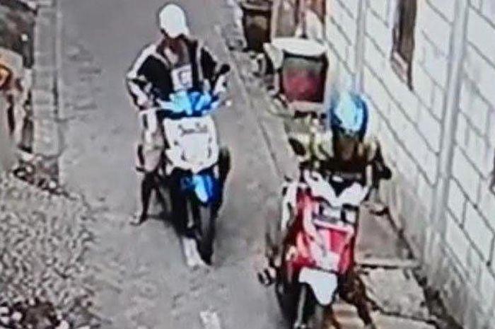 Tersangka maling sepeda motor terekam CCTV saat beraksi di Ploso Timur Surabaya.