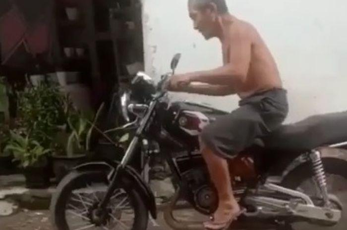 Seorang kakek tua test Yamaha Rx-King kesayangannya