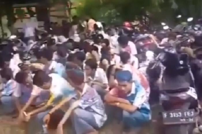Puluhan pelajar tertunduk saat dimarahi Polisi di Cileungsi, Bogor, Jawa Barat.