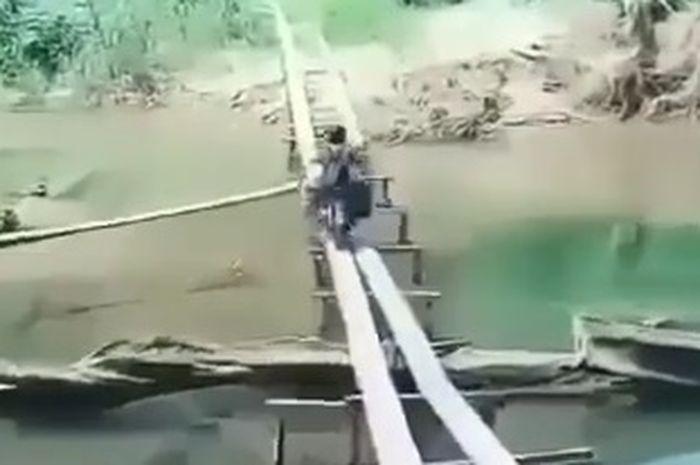 Seorang pemotor yang punya skill dewa, sebrangi sungai dengan cara begini
