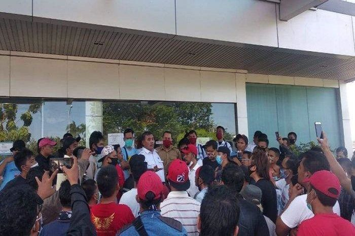 Kerumunan driver ojol mendatangi kantor Perwakilan OJK.