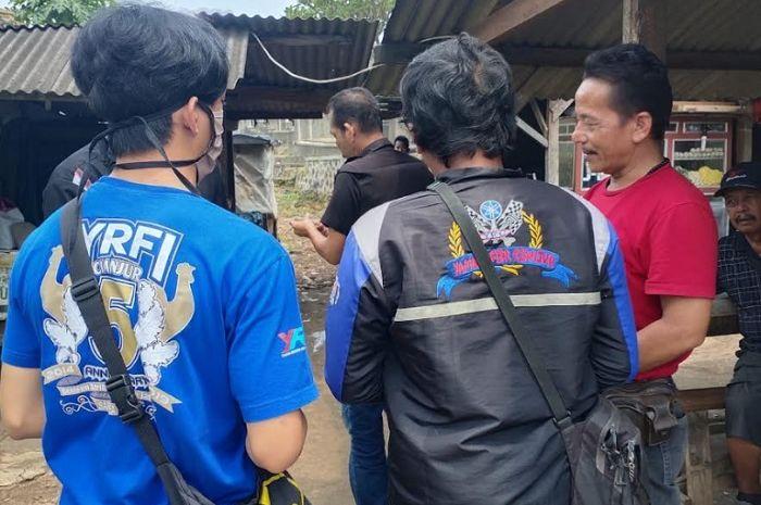 Yamaha Riders Federation Indonesia (YRFI) bagi-bagi hand sanitizer dan maske kepada warga.