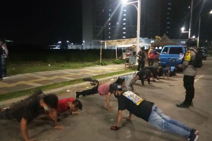 Puluhan anggota klub motor masih nekat kopdar sambil pesta minuman keras (miras) di tengah PSBB langsung dibubarkan oleh polisi.